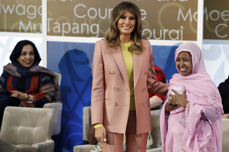 Así es el traje de chaqueta rosa de más de 4.000 euros que ha lucido Melania Trump y que tú puedes comprar en Zara por mucho menos