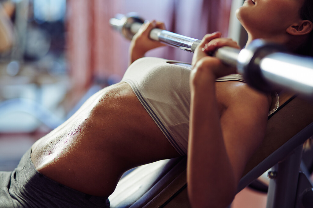 ¿Es posible elevar el pecho a través de ejercicio físico? Esto es lo que puedes hacer en casa y en el gimnasio
