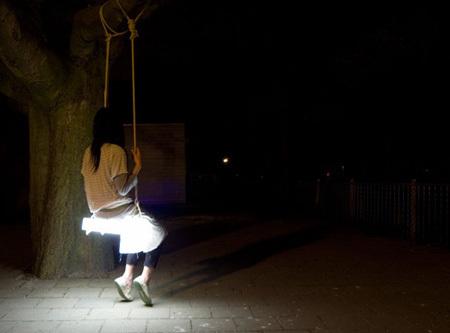 Swing Lamp, ¿quién anda en el jardín?