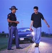 Un conductor borracho confunde un control con un accidente y baja para ayudar