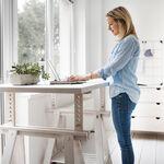 Standing desk o escritorio elevado: tres beneficios de trabajar con un escritorio de pie