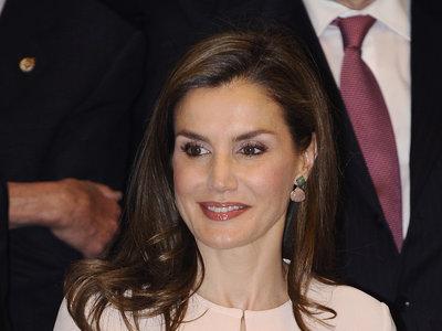 Doña Letizia transforma un look soso en muy estiloso gracias a un cinturón de Uterqüe