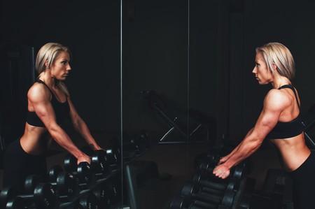 gimnasio-mujer-pesas
