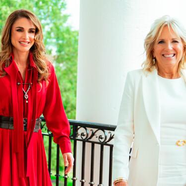 El broche de diamantes con el que Rania de Jordania ha decorado su vestido rojo para reunirse con Jill Biden