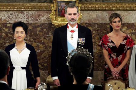 Begoña Gómez elige el terciopelo rojo y los bordados asturianos para intentar estar al nivel de la Reina Letizia