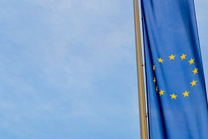 La Unión Europea busca limitar la inteligencia artificial en ciertos ámbitos mientras Silicon Valley trata de influir