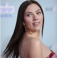 """Los looks de Scarlett Johansson, moreno en el estreno de """"He is not that into you"""""""