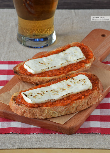 Tostas de sobrasada y queso fresco a la plancha. Receta de tapa murciana