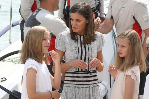 La Reina Doña Letizia elige un precioso vestido para visitar, junto con sus hijas, al Rey Don Felipe en su última regata