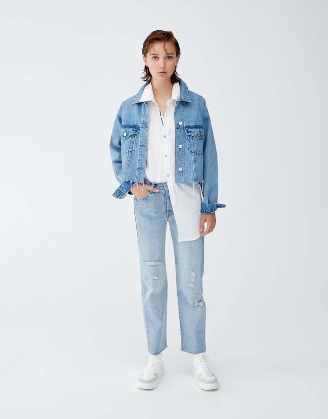 Nunca se tienen suficientes vaqueros en el armario y estos son perfectos  para lucir desde ya. Se trata de unos mom jeans con rotos y detalle de  perlas en un ... 3ad2f31c985