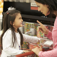 No más rabietas en la caja del súper: el Reino Unido prohibirá colocar dulces a la salida de los supermercados
