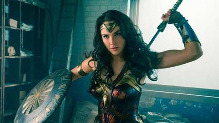 Wonder Woman apoya a un niño que quiere llevar una mochila suya en contra de los estereotipos de género