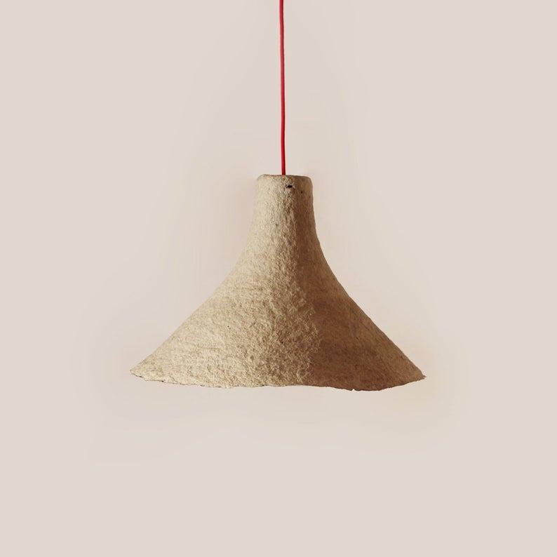 Lámpara colgante de papel maché Rumcajs de  37 centímetros de alto y  45 centímetros de ancho