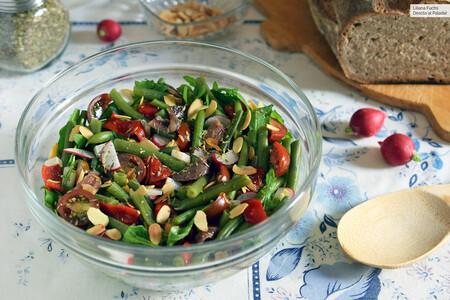 ensalada de judías verdes, rúcula, anchoas, queso y almendras crujientes
