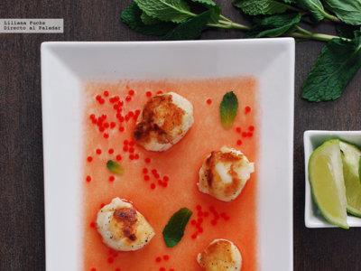 Vieiras a la plancha con agua de tomate a la hierbabuena y lima. Receta ligera
