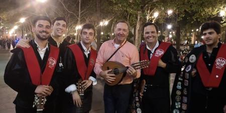 Kevin Spacey demuestra que no necesita a Hollywood cantando 'La Bamba' junto a una tuna de Sevilla