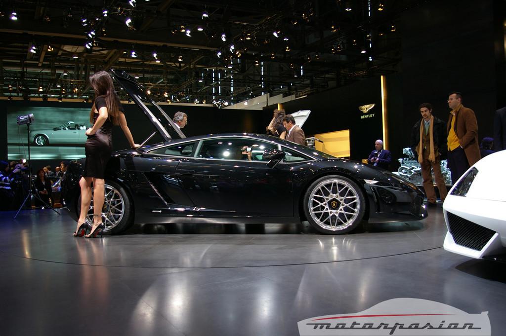 Foto de Lamborghini Gallardo LP560-4 en el salón de Ginebra, y muy bien acompañado (13/26)