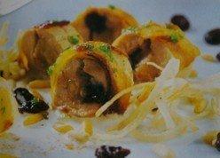 Pintada rellena de manzana y frutos secos con corteza de patata
