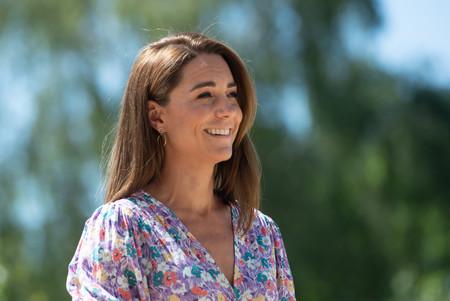 Kate Middleton apuesta por uno de sus vestidos de flores más bonitos en su primera aparición tras el confinamiento