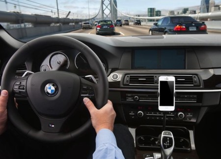Manos libres, Siri... ¿ayudan a no distraerse al volante? La ciencia dice lo contrario
