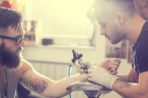 Tatuajes en verano: todas las claves para cuidarlos tanto si te los acabas de hacer como si llevas tiempo con ellos
