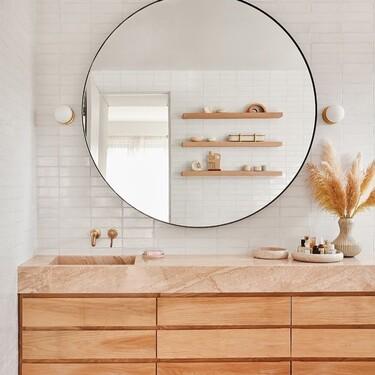Nueva tendencia en el cuarto baño; mejor un lavabo descentrado (en lugar de dos) para ganar superficie en la encimera