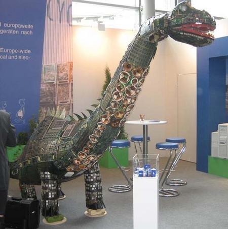 CeBIT 2006: dinosaurio a base de piezas de ordenador viejas
