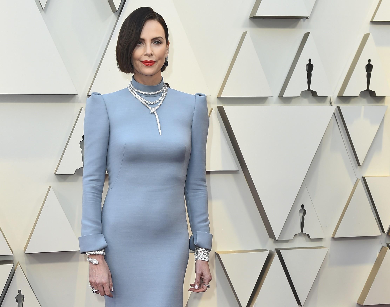 Premios Oscar 2019  Charlize Theron protagoniza el cambio de look más  alucinante de la alfombra roja f1dc0d3f656
