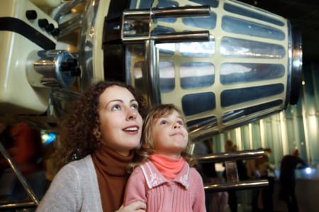 Familia en el museo
