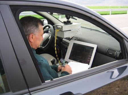 Guardia Civil manejando un radar
