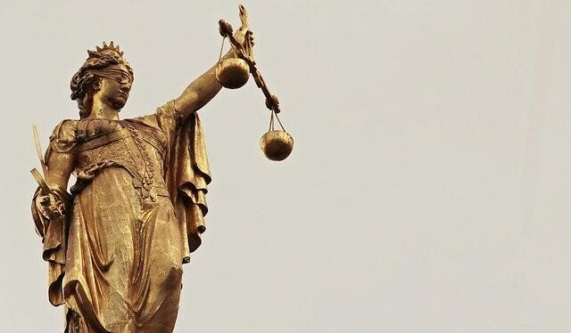Nos importa más nuestra imagen pública que la justicia, por eso somos más duros aplicándola en presencia de otros