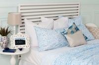 ¿Cómo debemos orientar la cama en el dormitorio y por qué?