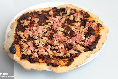 Receta de pizza con salsa de tomate y aceitunas