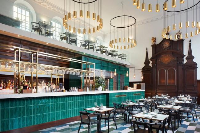 La iglesia de St. Thomas de Londres se transforma en un espectacular restaurante en el que conviven el estilo original Reina Ana con el diseño actual