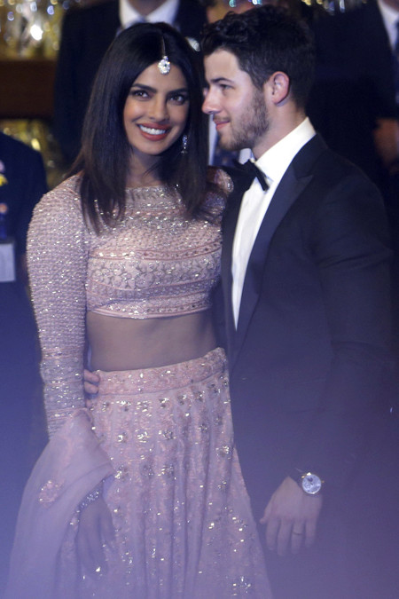Priyanka Chopra y Nick Jonas se van de boda y la actriz elige un espectacular look de invitada
