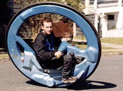 Una sola rueda  para rodar sobre la carretera
