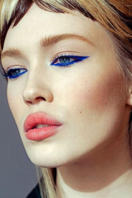 Atréte a poner un toque de color al eyeliner para presumir los últimos días de verano