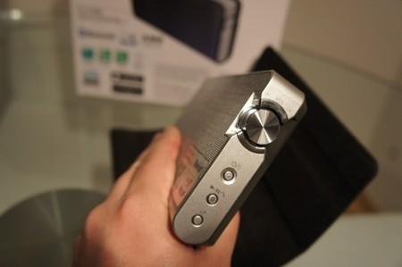Lateral del altavoz donde vemos el control de volumen, encendido y botones Bluetooth y LP
