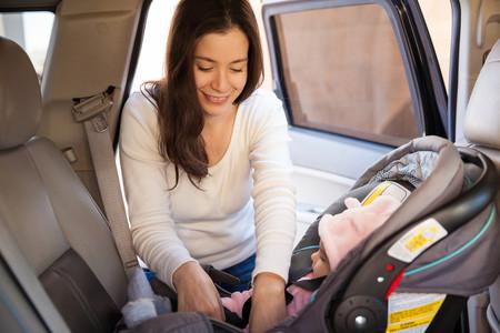 madre bebe coche a contramarcha