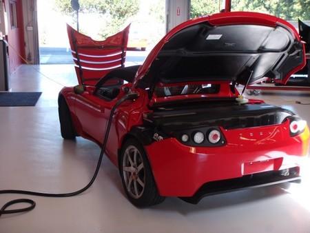 Tesla Roadster cargando