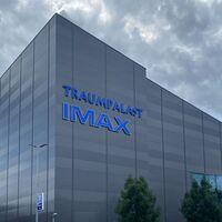 Esta es la pantalla IMAX más grande del mundo: es más larga que un avión y proyectará una versión de 'No time to die' con 26% más imagen