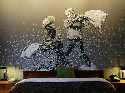 """Banksy inaugura un hotel en Belén con """"las peores vistas del mundo"""""""