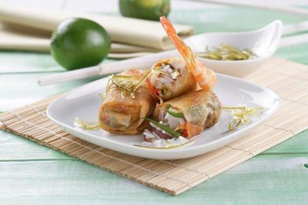 Receta de rollitos crujientes rellenos de arroz con langostinos y pollo con salsa agridulce