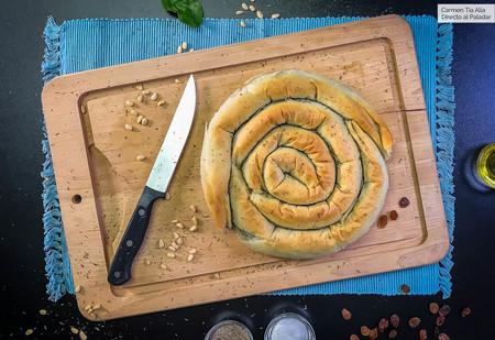 Spanakopita o espiral de espinacas, queso feta y pasas