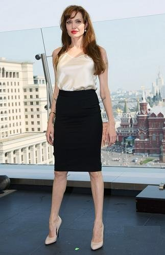 Los looks de Angelina Jolie en el estreno ruso de Salt: sobria de día, espectacular de noche