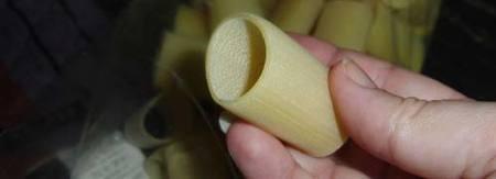 Preparación de lo Paccheris rellenos de setas y bacón