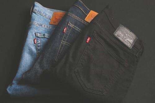 Chollos en tallas sueltas de cazadoras, pantalones y camisetas Levi's a la venta en Amazon