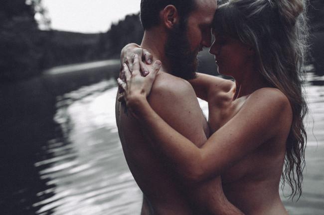 La sensual y romántica sesión de fotos de una pareja, en la que ella aprende a amar su cuerpo postparto