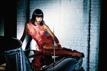 Naomi Campbell protagoniza una de las campañas más sensuales para la primavera-verano 2015