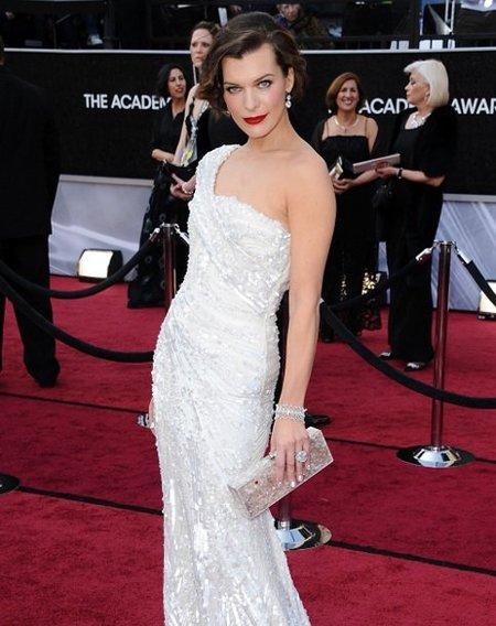 El look de Milla Jovovich en la alfombra roja de los Oscars 2012